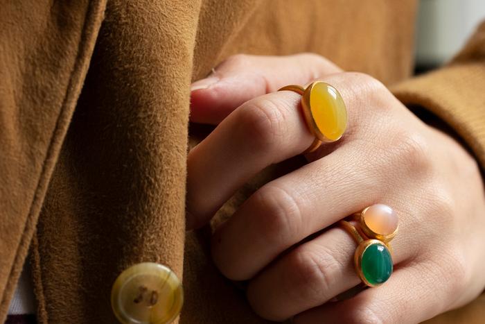 太くて長い指、手が大きいのが気になるという方は、華やかなデザインの指輪が似合います。 華奢なリングだと、より手が大きく見えてしまうので自分にあったものを選びましょう。