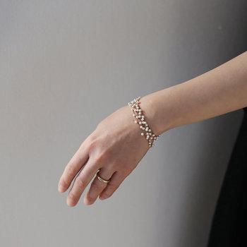 腕で1番細い手首に視線を集めることができるので、 ブレスレットは腕を華奢に見せる効果があります。