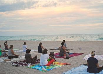 """ヨガの場合は屋外で行うレッスンも人気です。例えば、海に近い場所では""""ビーチヨガ""""を開催していることも。休日にちょっと遠出をして参加するのもいいですね。"""