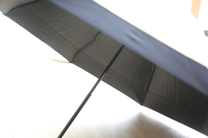 地面からの照り返しを反射できるよう、内側が黒色の日傘がおすすめなんだそう。でも一番は「持っていて気分があがる」ものが良いかもしれませんね。また、紫外線対策というよりも影を作ることができる為、熱中症対策にも日傘はおすすめ。赤ちゃんを抱っこしているママにも、日傘はとってもおすすめですよ。