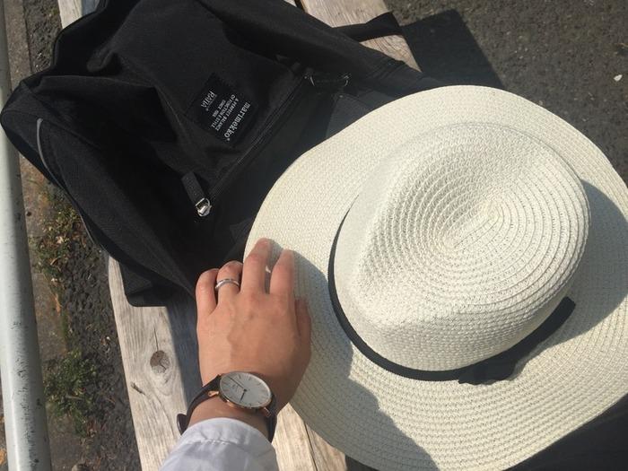 最近はアウトドアブランドの帽子だけではなく、写真のようなデザインの帽子でも折りたためるものが販売されています。さらに、かばんだけでなく車や玄関にも帽子を置いてあれば、抵抗なく帽子を手に取れるようになりそう。