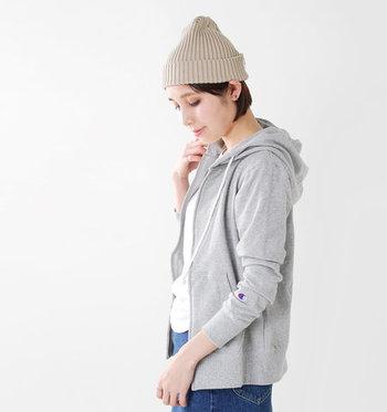 アウトドアブランドだけではなく、ファッションブランドでも目にすることが増えたのが「UVカット機能付き」の洋服。日焼け止めの重ね塗りはお肌への負担が気になるという方も、さっと羽織るだけで安心ですよね。