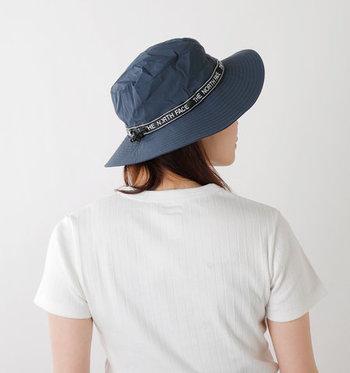 日傘と同じく、いつでも持ち歩けるような折りたたみ可能な帽子も、かばんにいつも入れておきたいもの。両手を空けられるから、荷物が多いときやレジャー時にはやっぱり帽子が便利ですよね。