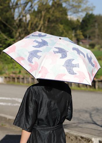 こんなにかわいい日傘なら「目立つのだって良いかも」と思えそう。また、【晴雨使える折りたたみ傘】なら、いつでもカバンに入れておける安心感も。「本当にさしたい時に広げられる」という準備をしておくだけで、日傘に抵抗がなくなるかもしれません。