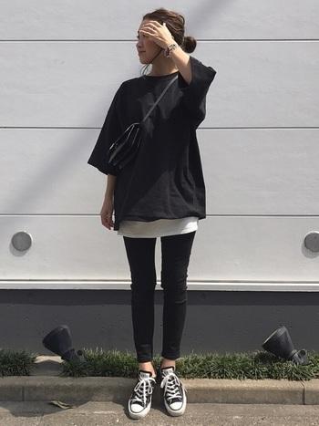 こちらもオーバーサイズのTシャツと、タイトな黒スキニーの組合せがおしゃれな雰囲気。Tシャツの裾から覗かせたインナーや、バッグ&アクセサリーの上品な小物使いもお手本にしたい素敵なコーディネートです。