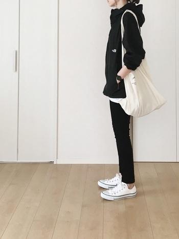 カジュアルコーデの定番アイテムといえば、爽やかな「白スニーカー」ですよね。マウンテンパーカを合わせたボーイッシュなスタイルも、白×黒のシックなコントラストで大人っぽい雰囲気に。コンバースのようなベーシックなデザインなら、カジュアルにもキレイめにも合わせやすく、幅広い着こなしに活躍してくれます。