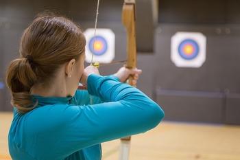 弓道は的に当たればOKとされているのに対し、アーチェリーは矢が刺さった位置によって得点が変わるルール。細かい作法は抜きにして、ゲーム感覚で楽しみたいという人におすすめです。