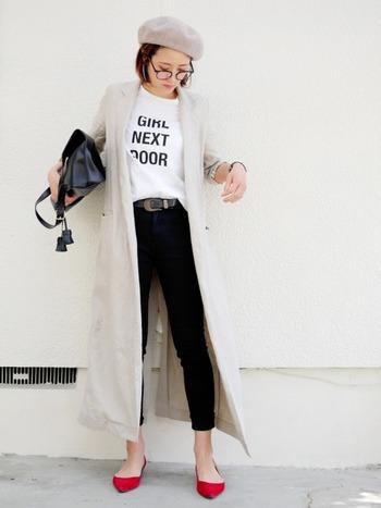 Tシャツ×黒スキニーの定番スタイルも、トップスインして「ベルト」をアクセントにすることで、いつもとは一味違う新鮮な着こなしに。リラックス感のあるロング丈のコートも、大人っぽい雰囲気で素敵ですね。メガネ・バッグ・シューズなど、おしゃれな小物使いもお手本にしたいコーディネートです。
