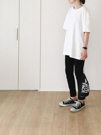 爽やかな「白Tシャツ」とシックな「黒Tシャツ」も、大人カジュアルに欠かせない定番アイテムです。細身のスキニーパンツと合わせる時には、パーカーと同じようにビッグシルエットやオーバーサイズなど、少しゆったりしたサイズ感を選ぶと今年らしい印象になりますよ◎。