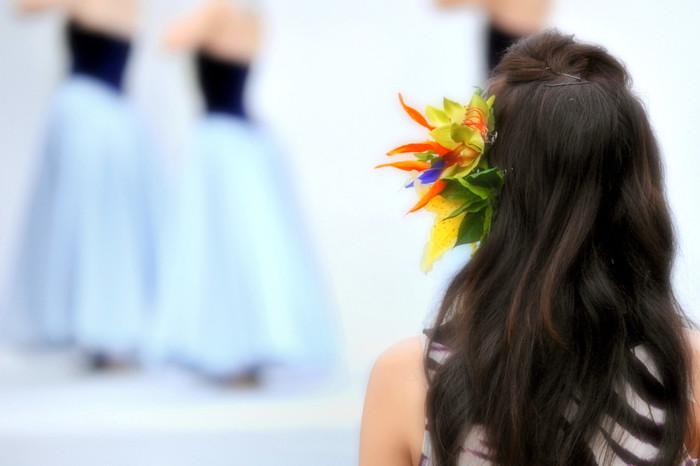 """女性らしい優雅な動きで、踊る人はもちろん、見る人も魅了する""""フラダンス""""。中腰でステップを踏んだり、両手を大きく伸ばしたりする動きが多いため、インナーマッスルがしっかり鍛えられます。"""