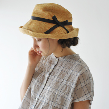 アクティブに動きたい日には帽子で紫外線対策を。つばの形を変えられる、やわらかい帽子ならいろいろな表情を楽しめます。コンパクトに折りたためるタイプのものなら、持ち運びも快適です。