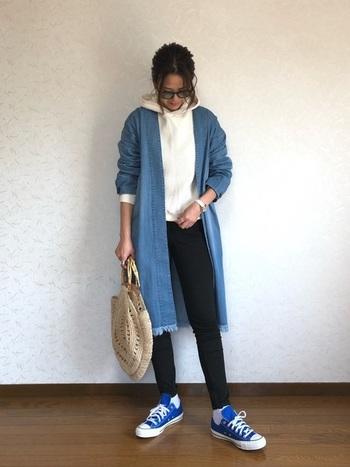 清涼感あふれるブルーのスニーカーは、爽やかな春夏シーズンにぴったりのアイテムです。パーカー×黒スキニーの定番スタイルも、差し色の取り入れ方ひとつで大人っぽくこなれた雰囲気を演出できます。