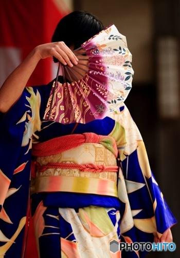 """着物姿で扇子を手に舞う""""日本舞踊""""は、着物に憧れる人にぴったり。フラダンスと同様、優雅に舞うためには実はインナーマッスルの強さを必要とします。"""