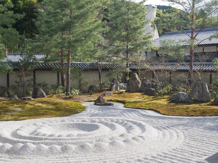 そして高台寺と言えば「庭園」が有名。ここに訪れたら「方丈前庭」はぜひゆっくりと楽しんでほしいスポットです。枯山水式「波心庭」には水の流れを表現していると言われる砂紋が描かれ、優雅な風景を望むことができます。