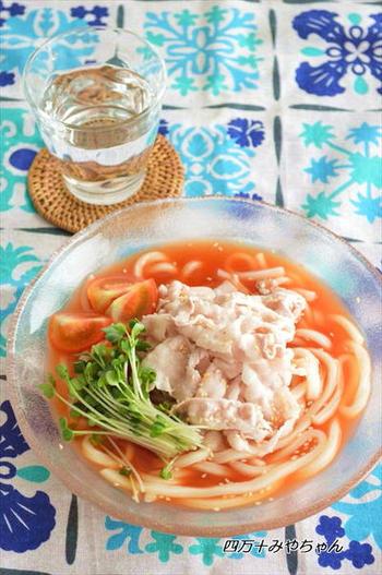 トマトジュースを使ってさっぱりとした爽やかな冷やしうどんはいかがでしょう。暑い季節は夏バテしやすいので、お肉もしっかりとトッピング。うどんの代わりにそうめんでも美味しく頂けます。 お好みで タバスコをかけても美味ですよ!