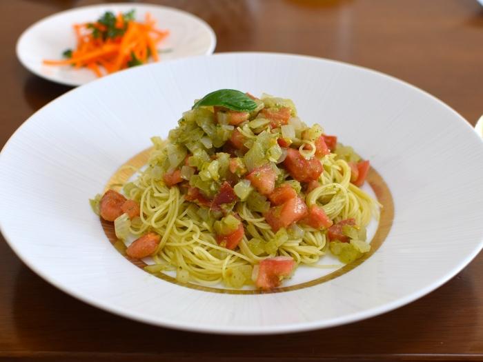 バジルペーストとトマトのイタリアンの定番コンビ。茹でたあと、キンキンに冷やしたカッペリーニに和えていただきましょう。夏が旬のバジルと冷たいパスタは暑い季節にぴったりの一品です。