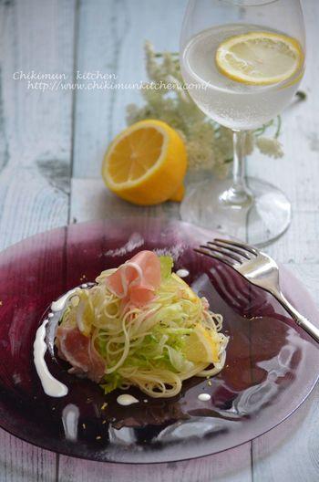 レモンとレタスがさっぱりとした冷製カッペリーニ。隠し味にナンプラーを使っているのがポイントです。レモンがしっかり効いているのでまろやかさを加えたい時は、生クリームを最後に垂らしてみて。