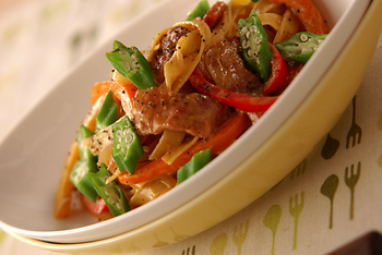 食べ応えたっぷりのカレー風味のパスタです。ヨーグルトと生クリームを加えたカレーソースがフェットチーネとよく合います。食べる直前に粗びきコショウをふるのがおすすめ♪