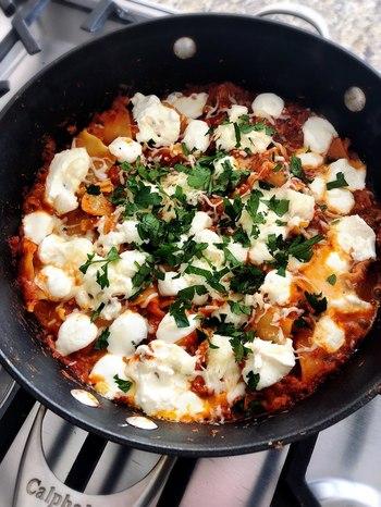 もっと手軽にラザニアを作りたいという人におすすめのこちらのレシピ。フライパン1つでできるようにアレンジされています。ラザニアを茹でずに小さく折ってから、ソースと一緒に煮込む方法です。洗い物も調理工程も少なくて◎