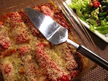 鶏むね肉や野菜がたっぷり入って栄養も食べ応えも◎なラザニア。鶏肉はトマトソースと、野菜はホワイトソースと合うので、ラザニアを境にそれぞれのソースと重ねていくとおいしく仕上がります。