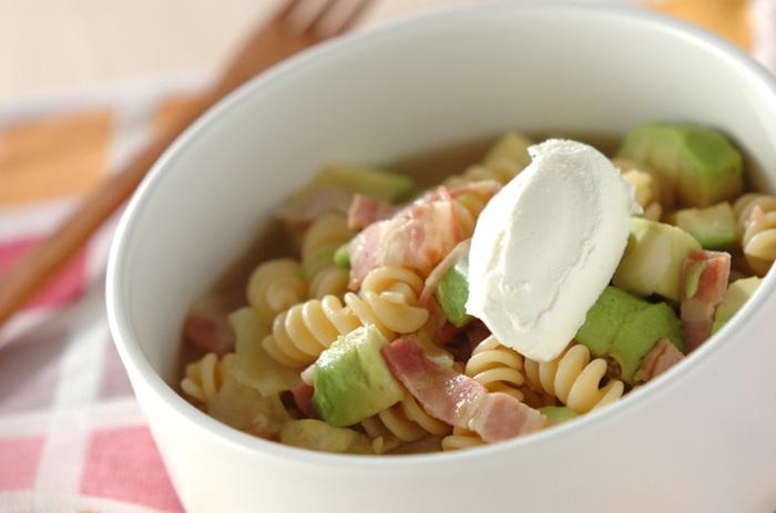 こちらはフジッリをスープに入れるレシピ。塩コショウのやさしい味わいに、サワークリームがアクセントになっています。これ一品でお腹も満足できるので、ランチにもぴったり。