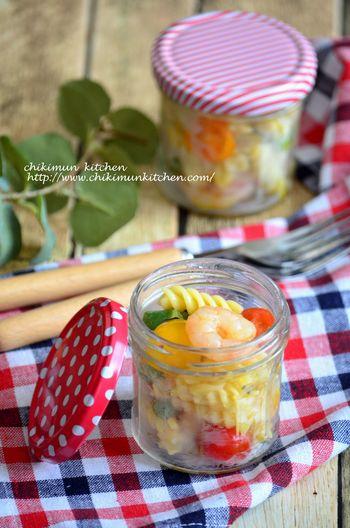 こちらはフジッリを使ったサラダのレシピ。ハチミツとレモンを使って爽やかに仕上げます。エビやインゲン、トマトなど食感が楽しめる具材もたくさん入ったサラダです。