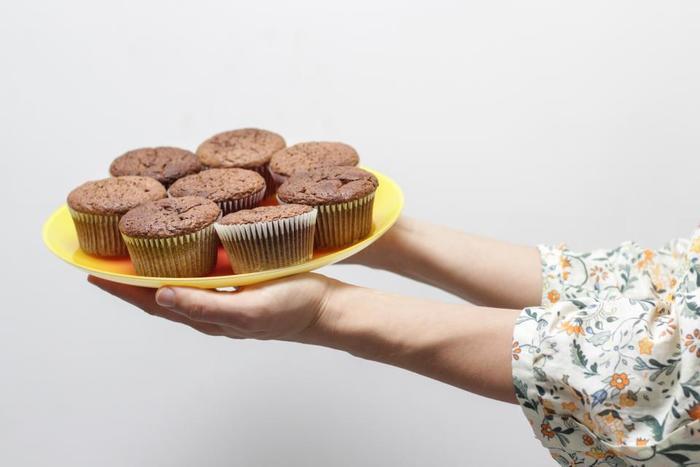 ホットケーキミックスを使うことの最大の魅力は、何といっても、そのアレンジの多さではないでしょうか。味付けも、仕上がりの固さも、自由自在!さらに具材やフィリングなど、好きなものを入れてアレンジを楽しむことが出来ます。 また、ホットケーキミックスと言うと、甘いお菓子を作る時に使うイメージがありますが、意外にも、しょっぱい系のお惣菜パンを作る時にも大活躍してくれるんです。