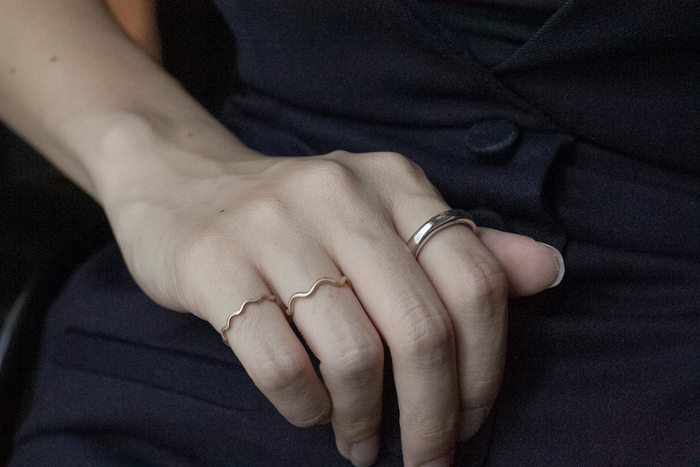 色白な人には、シルバーのリングがとても似合います。 色白で手が細いという人は、華奢なリングをすることで、より素敵に見せてくれます。