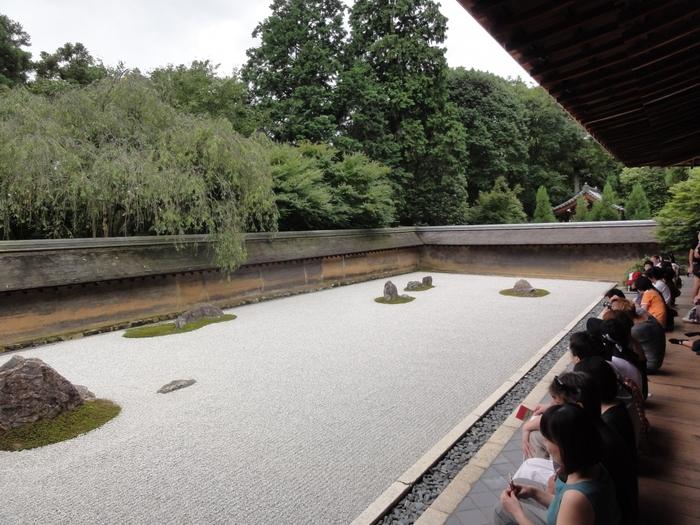 1450年に建てられたと言われる禅寺の「龍安寺」は古都京都の文化財として世界遺産に登録されている人気スポットのひとつ。枯山水の石庭が世界的にも有名で、それをひとめ見ようと連日多くの人が訪れています。 草木を一切使わず白砂と15個の石組だけで表現されたその庭園は、作者やその意図などが不明のままで様々な解釈がなされ、その謎がまた魅力となっています。