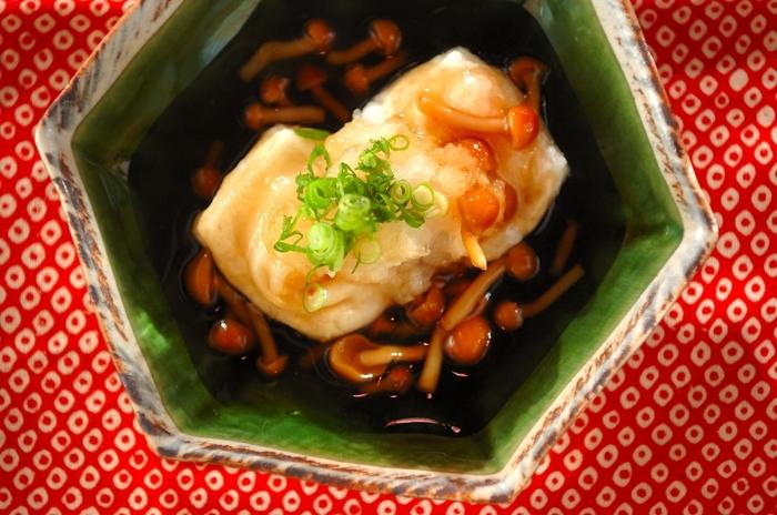 油でカリッと揚げたお餅と、ナメコを使ったあんかけのとろりとした食感のハーモニーがクセになる一品。和風のおかずがもう一品欲しい時、さっぱりとした揚げ出し餅はいかがでしょう?