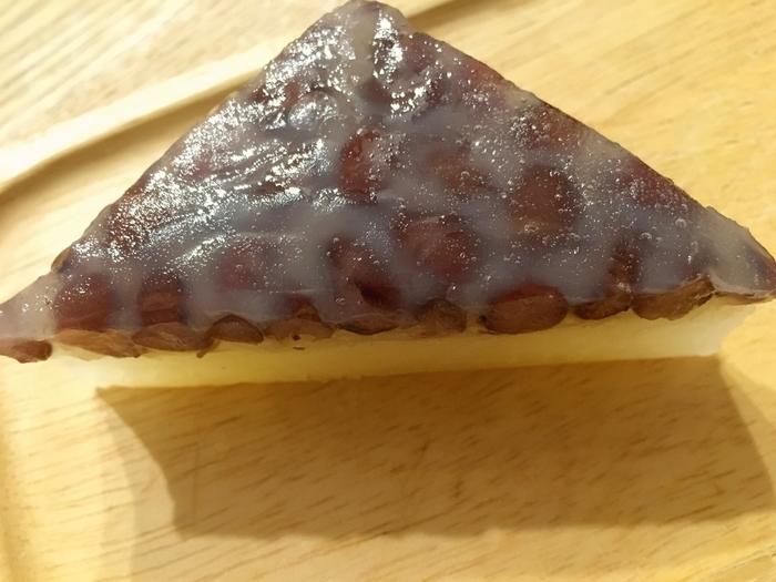 こちらの「水無月」はオーソドックスで外郎生地は白いタイプ。もっちりとした外郎と程よい甘味の小豆が上手くマッチングしてとっても美味しいです。6月30日には限定で黒糖味と抹茶味のタイプもあるそうなので全種類食べたいですね。