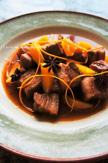 少しづつしか使わないジャムも使い切るのが難しい食材。豚肉を使った沖縄の郷土料理・ラフテー風の煮込みを、アプリコッジャムを使って爽やかに仕上げました。マーマレードを代用してもOKです。