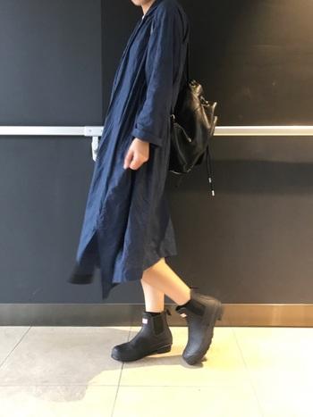 プチプラなユニクロシャツワンピをさらっと着たら、黒のレインシューズとリュックを合わせてスタイリッシュに。シンプルなアイテム合わせが好印象な、簡単にマネできるコーディネートです。