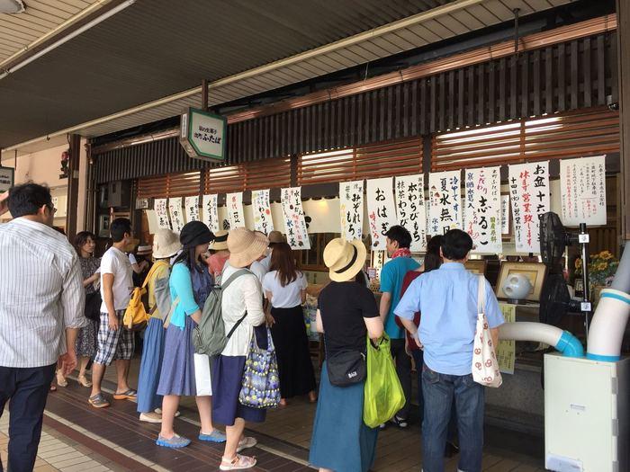 1899年創業の「出町ふたば」と言えば代名詞の豆餅が有名で京都土産の定番。土日にはいつも行列ができています。つきたてのお餅に程よい甘さのこし餡と絶妙な塩気を帯びた豆を包み、この最高のバランスが今も昔も人気のヒミツ。何個でもペロリといけちゃうほど美味しいので、食べすぎないようにするのが大変ですね。