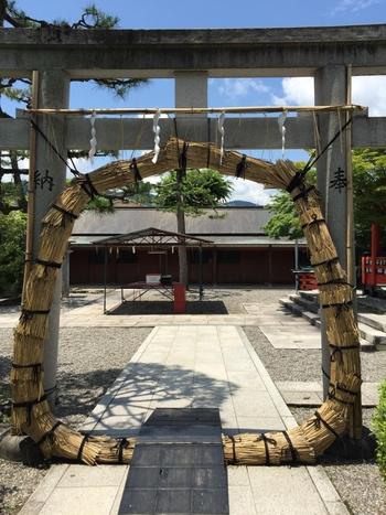 嵐山エリアにある「車折神社」は学業成就や商売繁盛・金運・恋愛運・厄除けなど多くの願い事が叶うという有難いご利益が人気のパワースポット。 そしてこの時期、境内の鳥居に茅の輪が準備され6月中の一ヶ月間「茅の輪くぐり」ができます。 6月に京都に行った際には、少し足を延ばして訪れてみてはいかがでしょうか。
