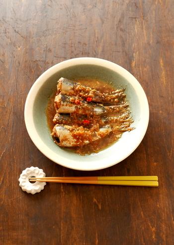 たっぷりのすりごまと一緒に煮つける、ちょっと変わったイワシの生姜煮です。調味料がオール大さじ2なので覚えやすくなっています。ピリ辛でご飯が進むこと間違い無し!