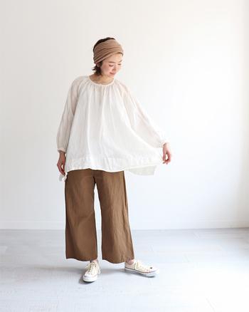 1枚でサラッと着るなら、裾広がりのチュニックもおすすめです。素材選びも大切ですが、身体と衣服の間に空気が通るようなデザインを選ぶことで、気持ちよく過ごせます。