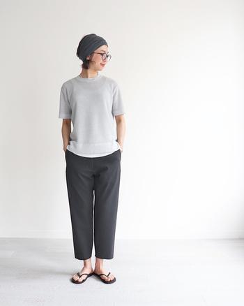 ワッフル調の洋服は生地に凹凸があるので、肌に直接触れる面積が少なく、吸水性に優れた素材です。透け感のある薄手のワッフル生地のトップスを、タンクトップなどのインナーと組み合わせると着心地が良いですよ。