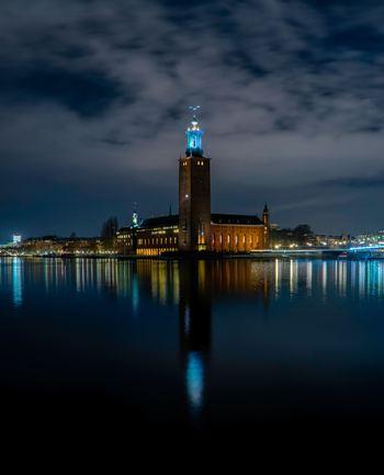 Stockholms stadshus(ストックホルム市庁舎)は夜になるとライトアップされ、美しくストックホルムの街を彩ります。料金がかかりますが、中に入り見学することもできます。ノーベル賞の開会式でも使用されているホールは感動ものです。