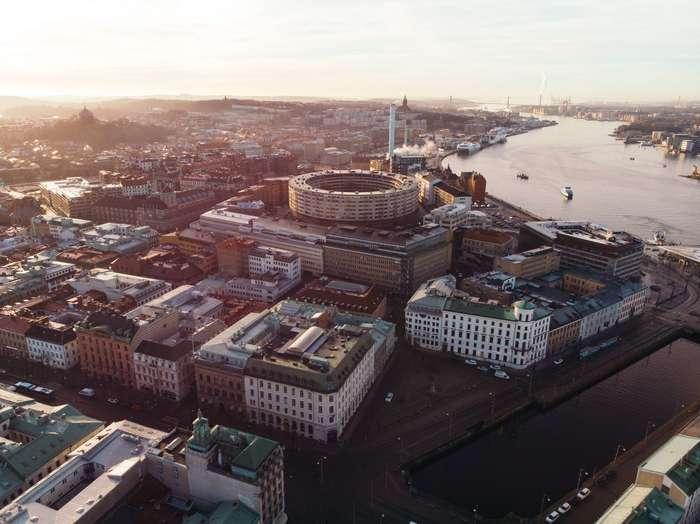 スウェーデン第2の都市として知られているイェーテボリは、スウェーデンの西海岸に面しています。ストックホルムとはまた違ったスウェーデンの表情を見ることができます。メッセ会場では大型の国際カンファレンスが行われるなど、ビジネスの街としても有名です。街全体にはトラムが行き交い、美術館・銅像・モニュメントが多く、街そのものが博物館のようなアートな街です。のんびり街歩きをして、イェーテボリで暮らしているかのような体験をするのがおすすめ。