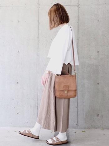 白×ブラウンでまとめれば、靴下とサンダルの組み合わせもきれいめな印象に。優しい雰囲気で大人かわいいコーデに仕上がります。