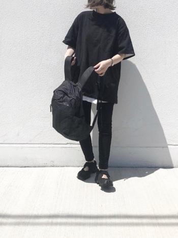 アウトドアブランドのバックパックというと、ファッションもカジュアルになりすぎてしまうイメージがありますが、ハードな素材のGlam Daypackなら、スタイリッシュに使えます。