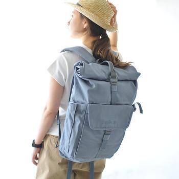 お財布などの収納に便利な貴重品ポケットが背部側面に配置され、街中での使い勝手も抜群なイギリス発「millican(ミリカン)」のバックパック。一泊分の着替えも入るので、ちょっとした旅行でも活躍してくれます。