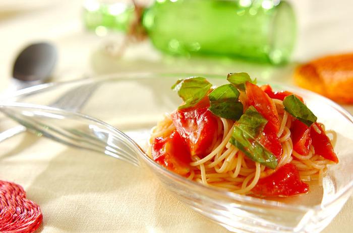 抗酸化作用の高いリコピンを多く含む「トマトジュース(無塩)」と甘みと栄養価が高い「フルーツトマト」を使った冷製パスタ。暑い日に嬉しいメニューです。ただし、バジルにはソラレンが含まれるので夜やお出かけ後に食べるのが◎。
