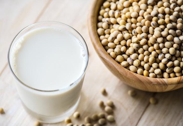 大豆を原料としている豆乳は、髪の毛や筋肉などを作る植物性たんぱく質の宝庫。大豆イソフラボンなど、身体に良い栄養が豊富に含まれています。そのため、過熱をすれば初期から離乳食としても◎赤ちゃんにも大人にも欠かせない、とってもヘルシーな飲み物です。