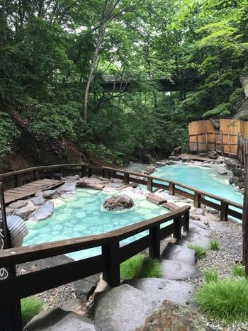 「蔵王温泉」は、開湯1900年という、東北屈指の歴史を誇る名湯です。  まず「蔵王温泉」といえばこちらが有名。「蔵王温泉大露天風呂」という、全体規模で200人入浴可能な日帰り温泉(画像)があり、多くの方が、この大露天風呂をお目当てに訪れます。ですが、それだけではなく、気軽に利用できる共同浴場などもありますよ◎  今回は、そのような山形県を代表する温泉地「蔵王温泉」の魅力をまるっとガイドします。宿泊情報や周辺の観光スポットも付けましたので、参考にしてみてくださいね。