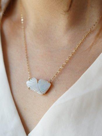 ネックレスでもさりげなくストーン素材を取り入れると素敵。白のストーンならより透明感を演出できます。