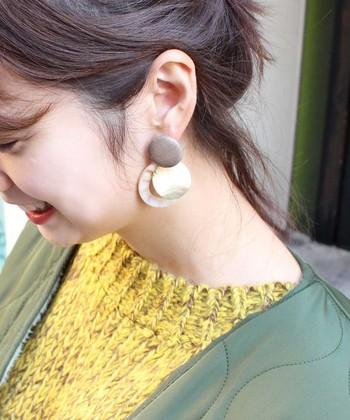 細い金属だけでなく、プレート型のうねうねアクセも流行中。丸い形が女性らしくかわいらしいですね。