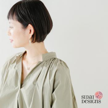 シンプルなブラウスコーデにさりげなく取り入れることで女性らしさをプラス。大人カジュアルコーデに柔らかさを加えてくれます。