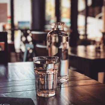 お水は常温にしておくことで飲みやすくなります。暑い日には体温を下げるという意味では冷たい水も良いのですが、それ以外では身体に優しい常温水がおすすめです。 冷たい水を一度にたくさん飲むと、身体が冷えてしまったり頭痛が起きてしまったりする可能性があるので気を付けましょう。